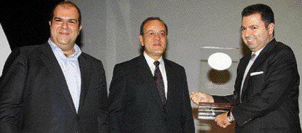 """Ο κ. Λαυρεντιάδης είχε βραβευθεί, ως «Επιχειρηματίας της Χρονιάς», το 2006. Το 2012 βραβεύτηκε ο Σαμαράς ως """"ο πολιτικός της χρονιάς"""". Αυτοί που βράβευσαν τον Λαυρεντιάδη κυκλοφορούν ακόμα ελεύθεροι. Για τους άλλους ακόμη δεν ξέρουμε...Αλλά έχει ο καιρός γυρίσματα..."""